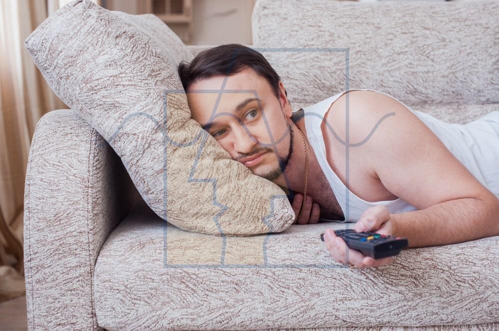 مرد تنبل در حل تماشای تلویزیون